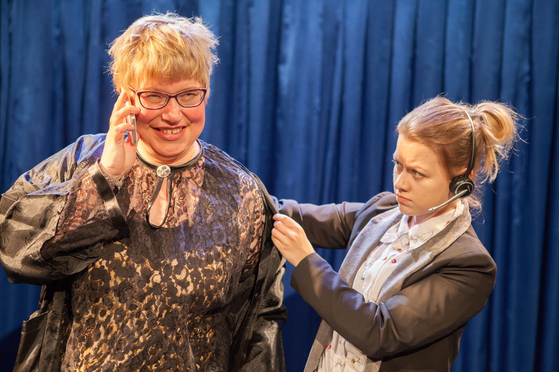 Kuningasroolissa. Anu Marttila ja Jenna Varismäki.