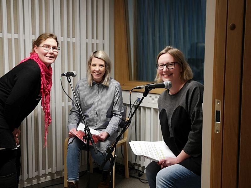 Podcast-studiossa Jelena Jokelin, Pauliina Salonius ja Milla Hautala.
