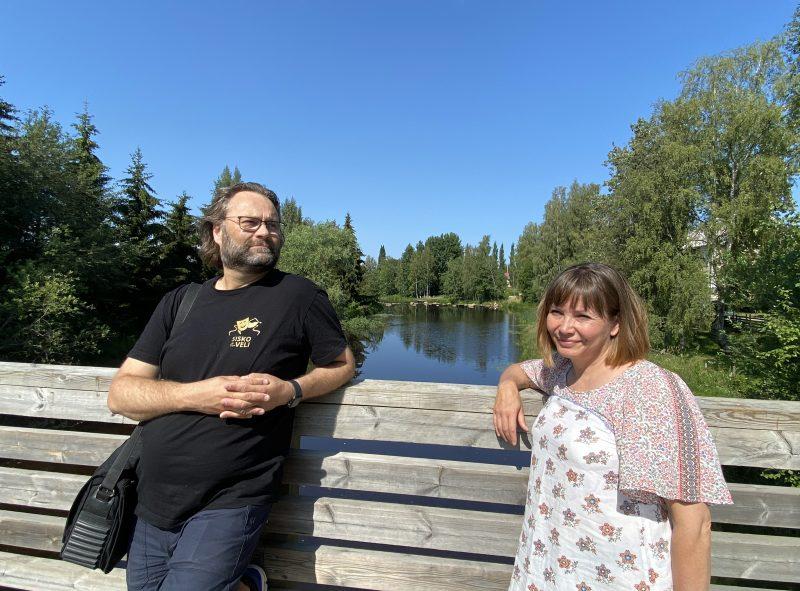Patruunatehdas-näytelmän ohjaaja Panu Raipia ja käsikirjoittaja Anne Koski-Wood.