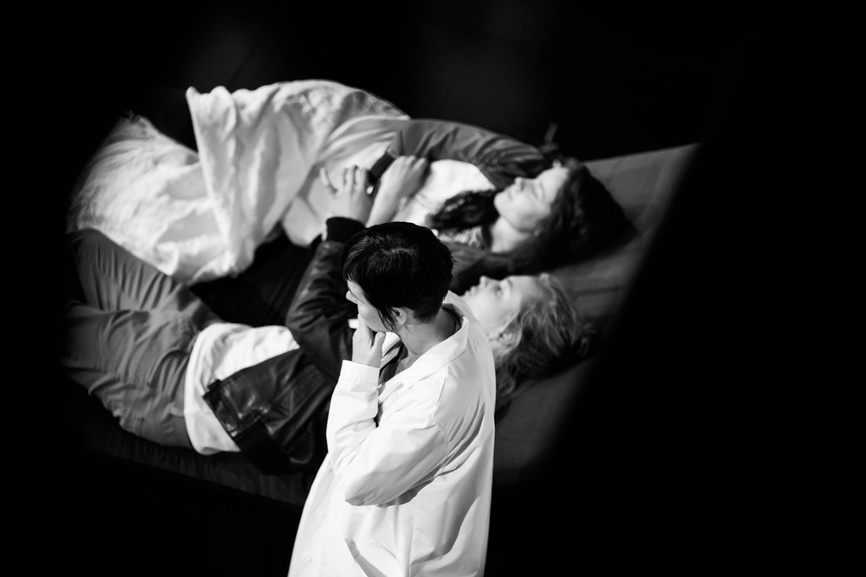 Romeo ja Julia. Mari Pöytälaakso (vas.), Topi Kohonen ja Anna Ackerman.