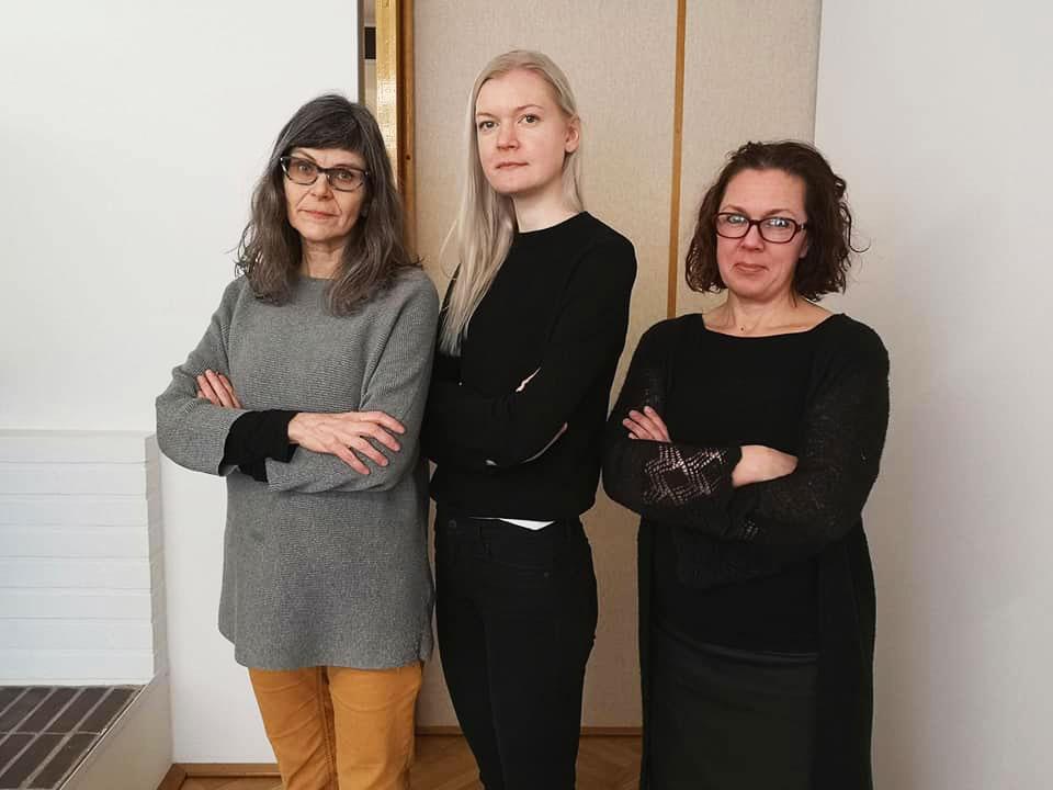 Rouva C. -näytelmän lavastussuunnittelija Maija Louhio (vas.), ohjaaja Maia Häkli ja pukusuunnittelija Riikka Aurasmaa. Kuva: Anna Valtari