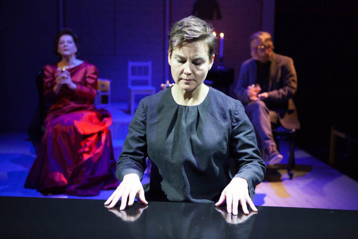 Syyssonaatti. Mari Pöytälaakso, taustalla Sari Jokelin ja Esa Ahonen.