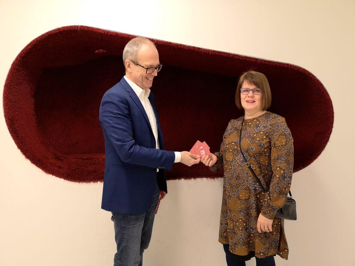 Teatterikortit kirjastoon. Markko Heinonen ja Kirsti Länsikallio.