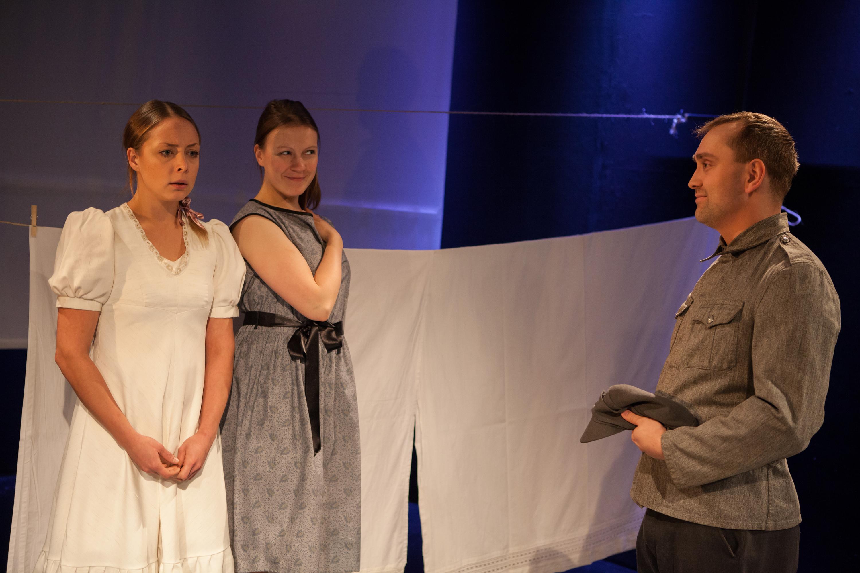 Vanharoosa. Juulia Soidinaho, Tanja Huuskonen ja Sami Sainio.