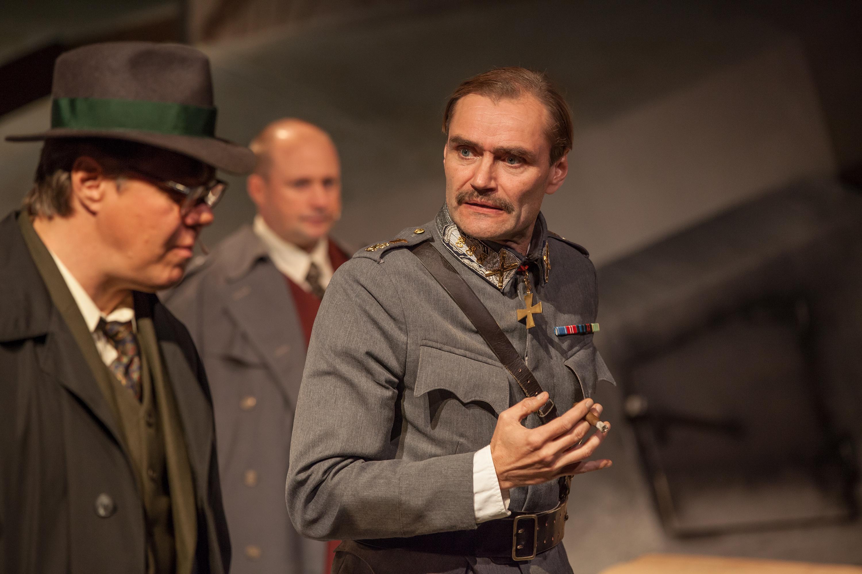 Mannerheim ja kettujen sota. Heikki Vainionpää (vas,), Jani Johansson ja Jukka Puronlahti.