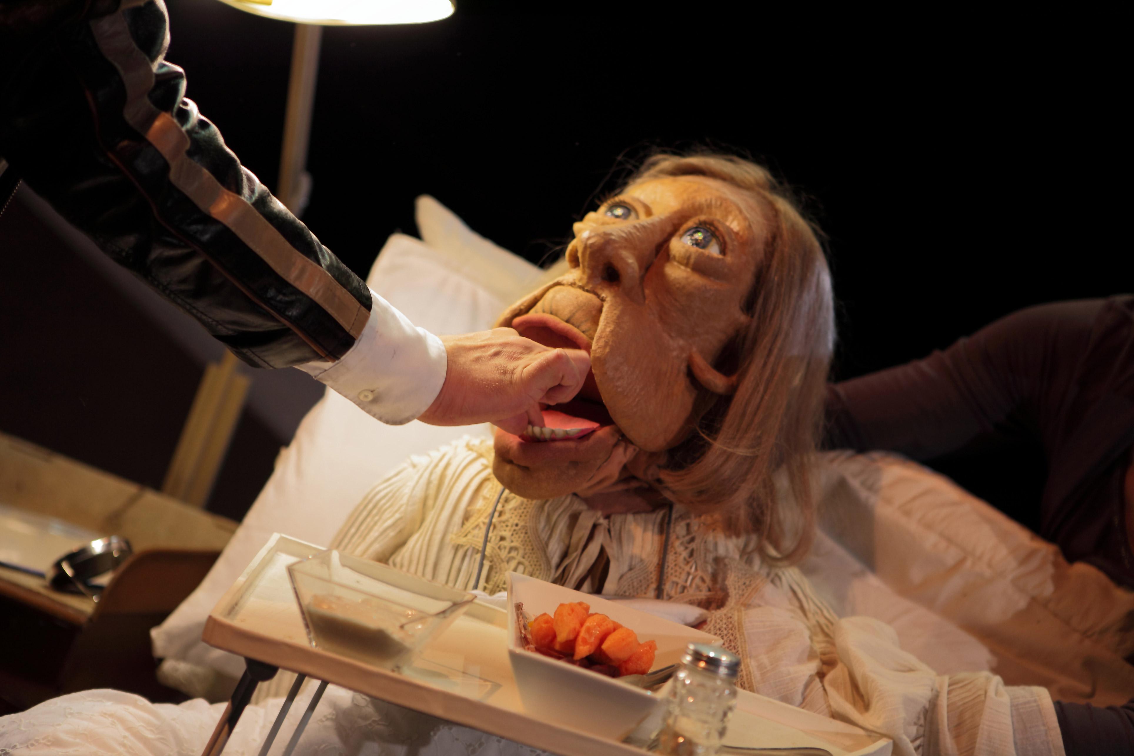 Täti ja minä. Näytelmässä esiintyvän nuken on valmistanut nukketeatteritaiteilija Satu Paavola.
