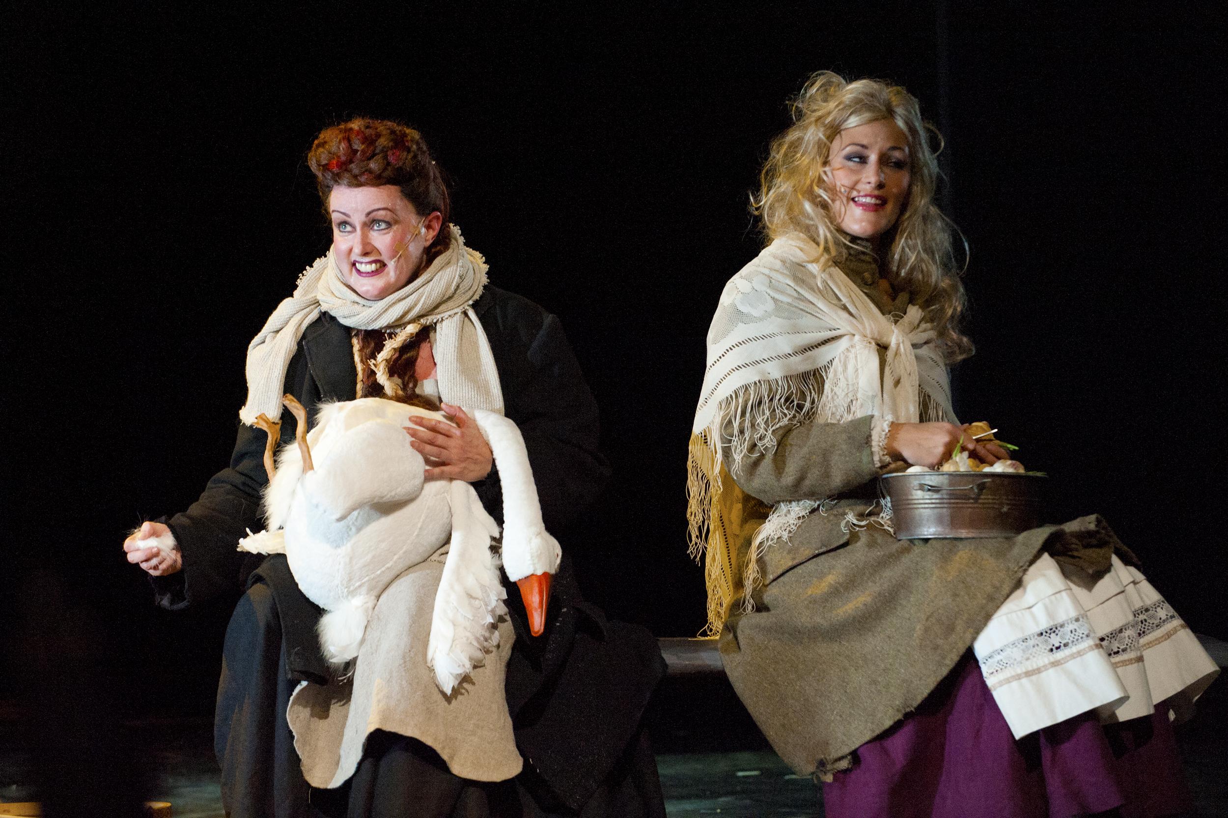 Vampyyrien tanssi. Leena Rousti ja Anne Vihelä.