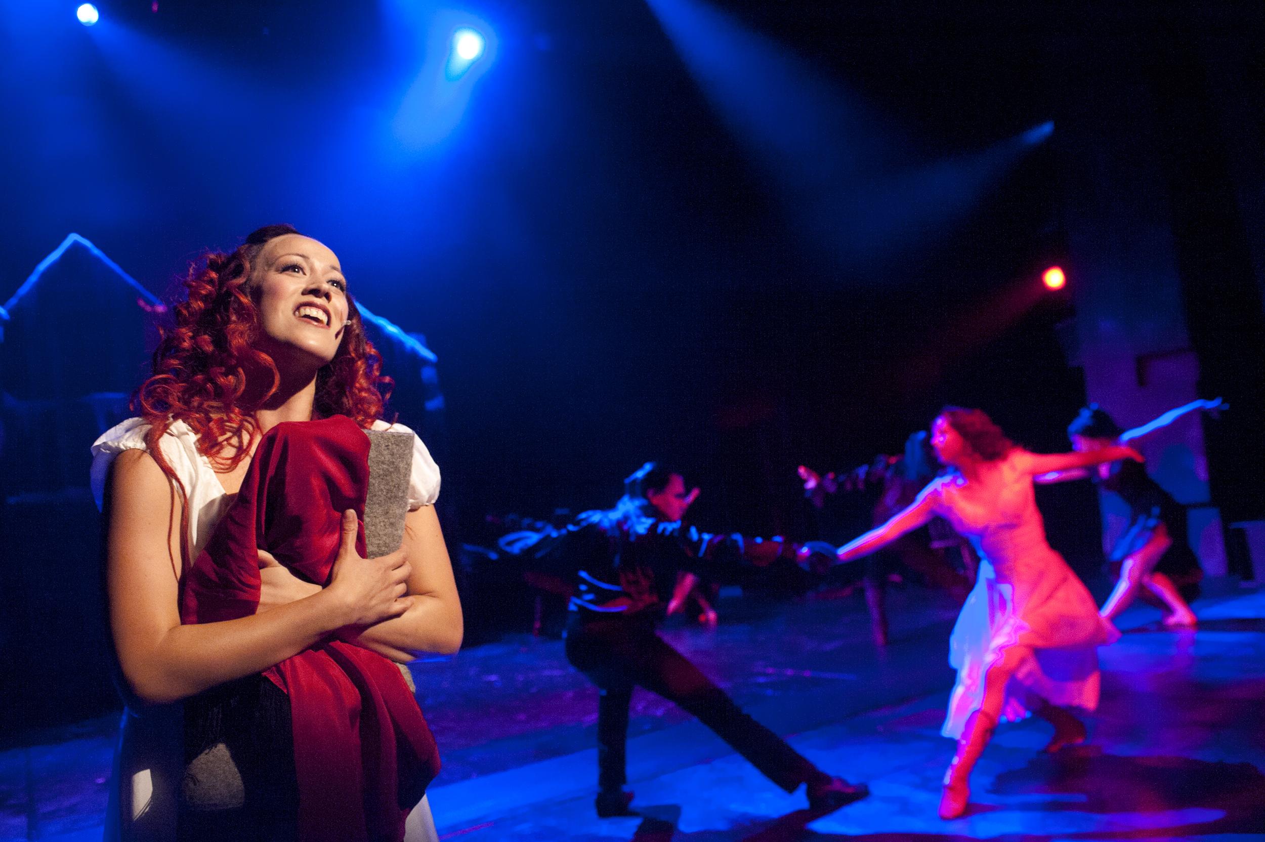 Vampyyrien tanssi. Etualalla Raili Raitala.